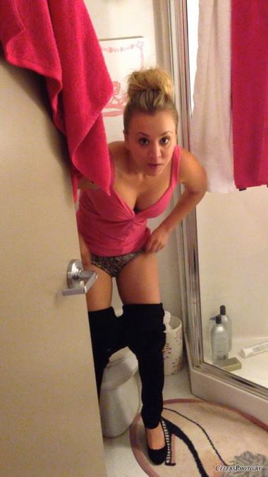 Кейли Куоко в туалете.
